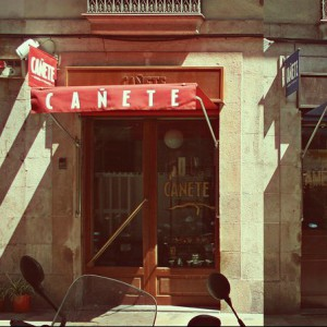 Bar Cañete: barra y mantel en pleno Raval