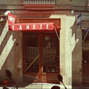 Bar Cañete: barra y mantel en pleno Raval